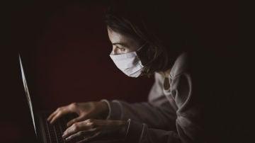 Navegando en Internet con mascarilla
