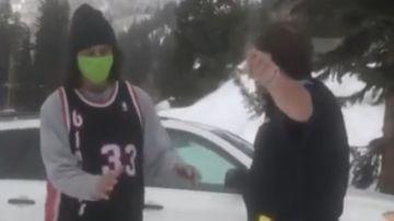 Un policía regaña a un snowboarder.