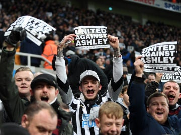 Aficionados del Newcastle cargan contra Mike Ashley