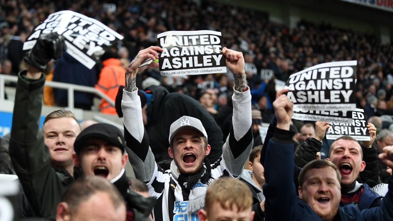 Aficionados del Newcastle cargan contra Mike Ashley