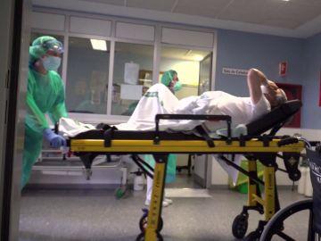 Una sanitaria de Urgencias junto a un paciente