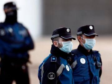 Agentes de la Policía durante un control