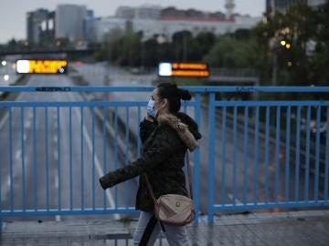 Una ciudadana camina mientras habla por su teléfono