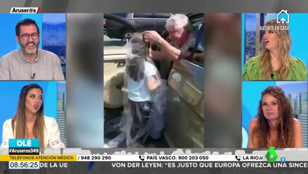 El abuelo que conquista las redes: envuelve en plástico a su nieta para que pueda abrazar a su padre