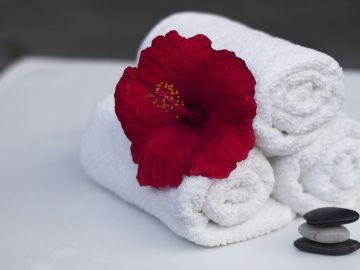 Imagen de archivo de toallas y una flor