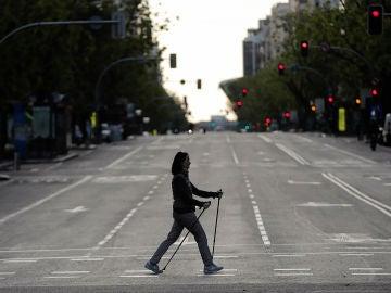 Una mujer sale a andar por las calles de Madrid