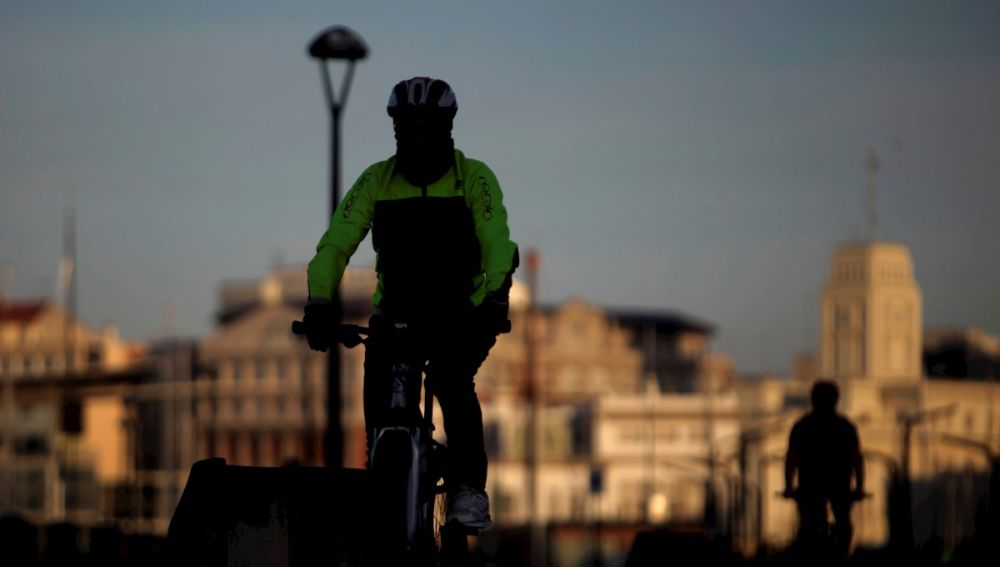 Un hombre en bicicleta circulaba por el paseo marítimo de A Coruña