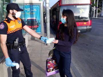 Protección Civil reparte mascarillas este lunes en Sevilla
