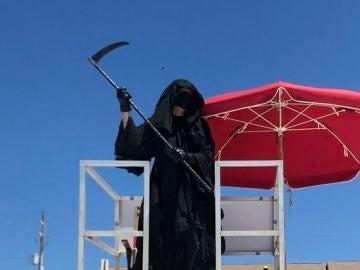 El abogado y activista Daniel Uhlfelder disfrazado de 'La muerte' en una playa de Florida