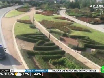 """Así echa la policía a un 'runner' tras saltar la valla y colarse en Madrid Río: """"Ahora parece que todo el mundo hace deporte"""""""