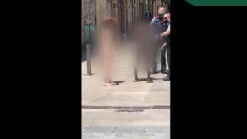 Detienen al presunto autor de una agresión sexual mientras caminaba desnudo por Barcelona