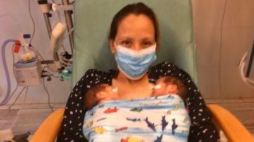 Mili durante el primer kanguro con son hijas un mes después de nacer.