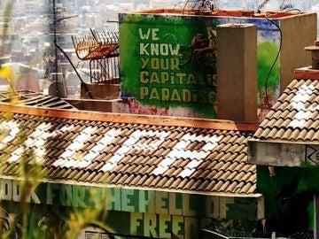 Pintada okupa en un tejado de Barcelona