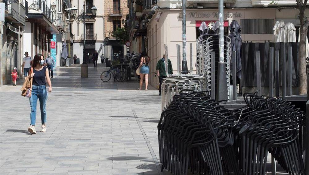 Ciudadanos pasean por Huesca en la fase 0 de la desescalada