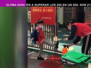 Control de temperatura y desinfección de la ropa: la yincana de los niños antes de entrar al colegio en China
