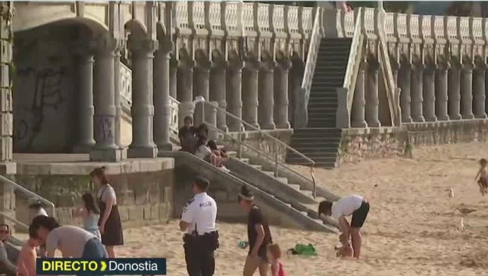 La Policía llama la atención a los ciudadanos que se saltan las normas en la playa de La Concha