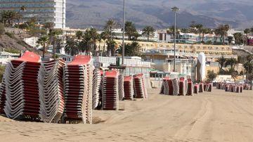 Hoteles cerrados y tumbonas recogidas en Playa del Inglés