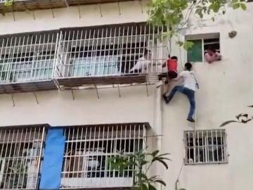 Una abuela cuelga a su nieto desde un balcón tras olvidarse las llaves en casa