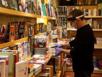 Imagen de un librero en su establecimiento de Vitoria