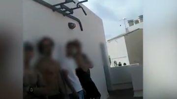 Imagen de los denunciados por hacer una barbacoa en una azotea de Fuerteventura