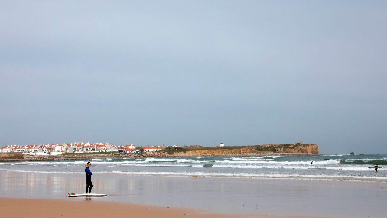 Un surfista en la playa de Peniche, al norte de Lisboa