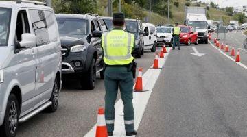 Control de la Guardia Civil de Trafico en la salida de Madrid, a la altura del Km 17 de la A-1, para identificar desplazamientos no justificados durante el fin de semana.