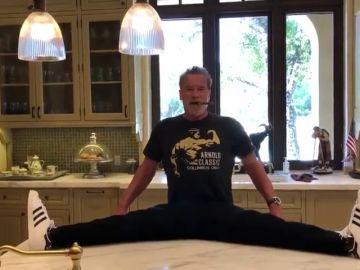 Arnold Schwarzenegger presume de flexibilidad a sus 72 años... pero no todo es lo que parece