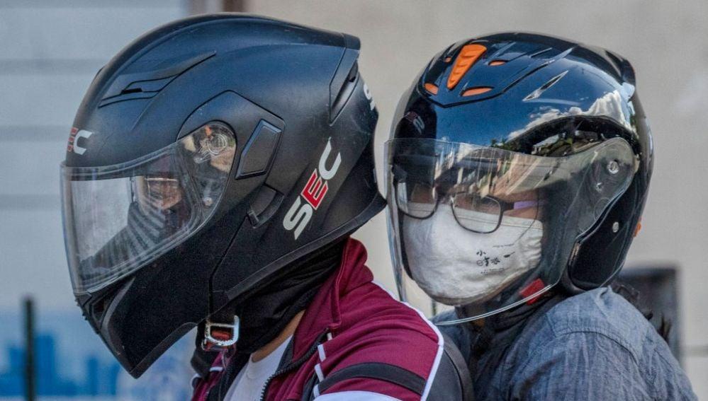 Pareja en moto con mascarillas