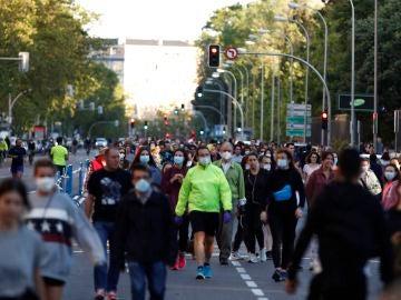 Ciudadanos pasean este domingo en la calle peatonal Menéndez Pelayo, en Madrid