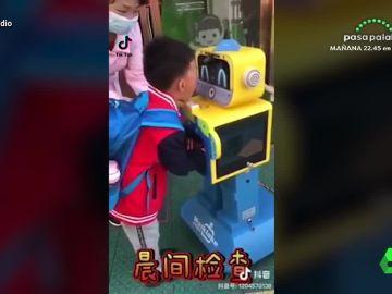 Los niños tienen que desinfectarse exhaustivamente antes de entrar en el aula