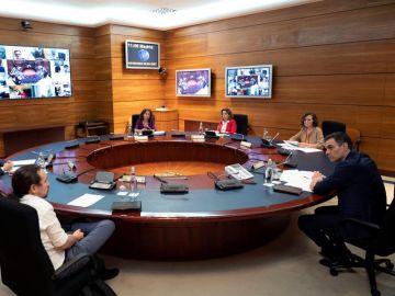 El presidente del Gobierno, Pedro Sánchez (d), preside la reunión del Consejo de Ministros celebrada el pasado viernes en Moncloa.