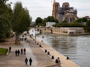 Personas concentradas a las orillas del sena, en París, durante el desconfinamiento