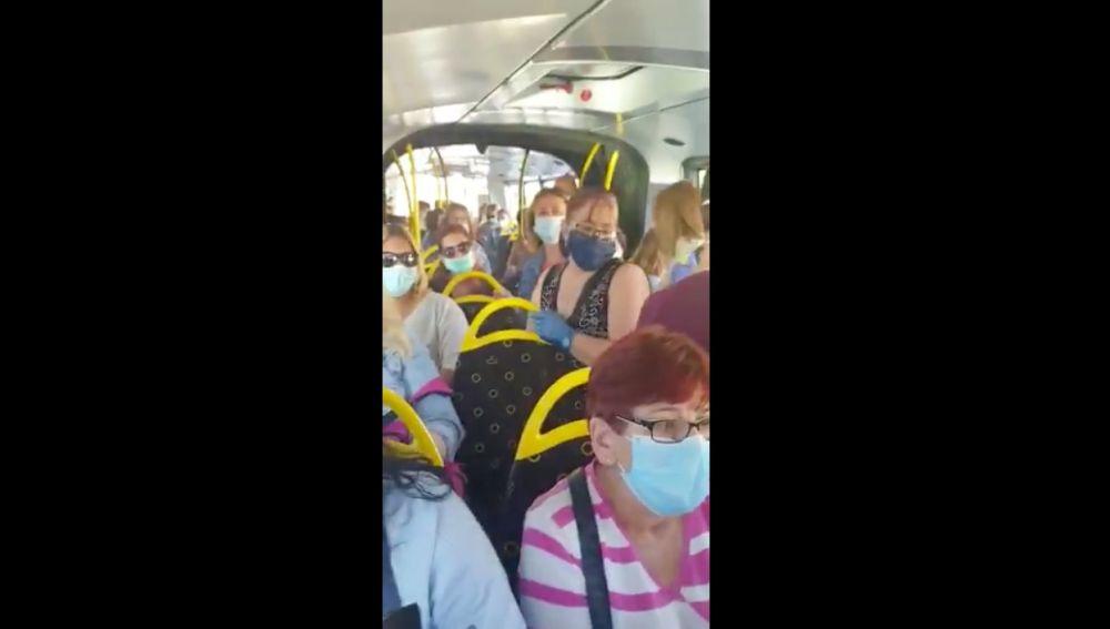 Viajeros de pie en la línea 26 de Murcia