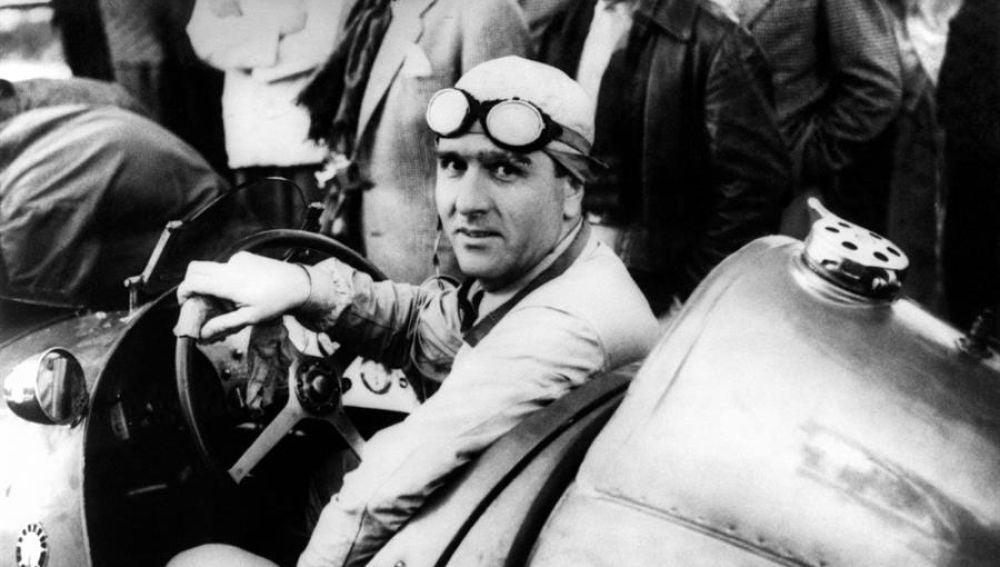 """El piloto italiano de Fórmula 1 Emilio Giuseppe """"""""Nino"""""""" Farina al volante de su coche en una imagen de 1950"""