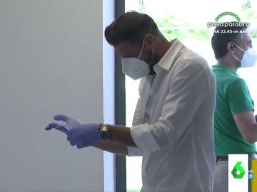 """El divertido vídeo de Joaquín intentando ponerse unos guantes: """"No te has puesto unos en tu vida, 'Hulio'"""""""