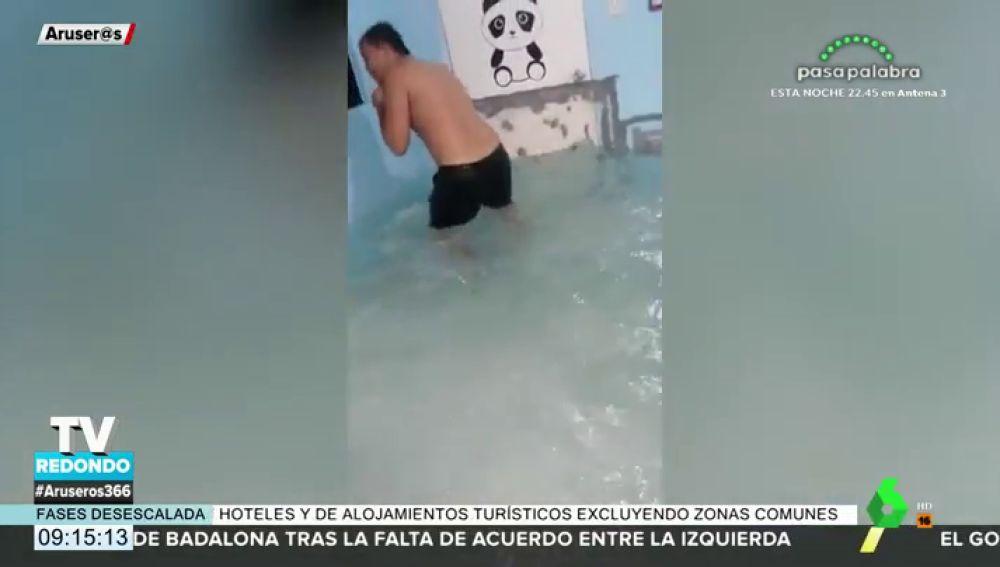 Una familia inunda una de las habitaciones de su casa para convertirlo en su propia piscina particular