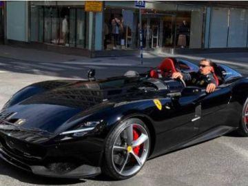 Zlatan Ibrahimovix en su Ferrari.