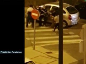 Los jóvenes agrediendo a los agentes de Policía Local en Paterna