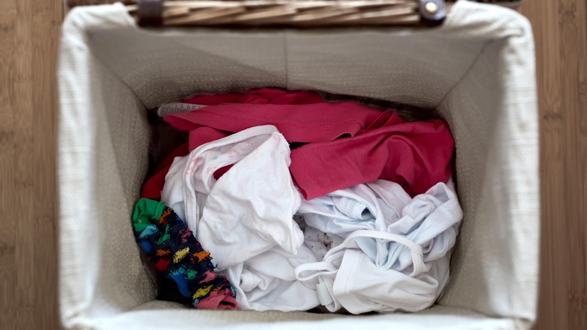 Un cesto de la ropa