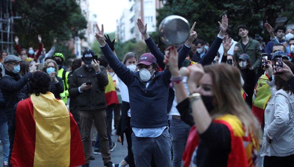 Aglomeraciones y nula distancia social en una cacerolada en Madrid ...