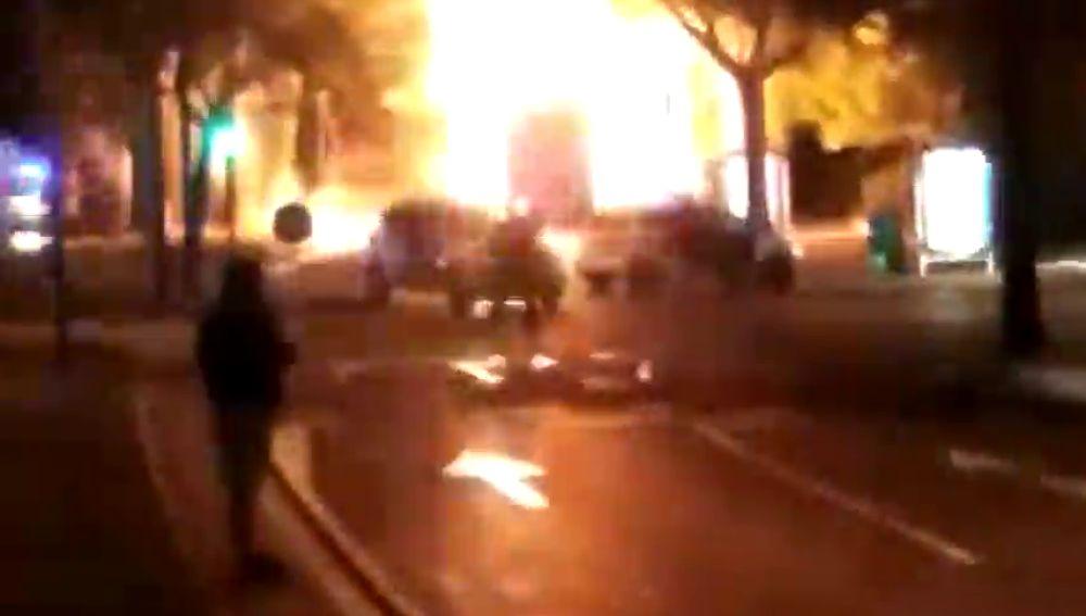 Un camión de la basura explota en Reus y queda envuelto en llamas