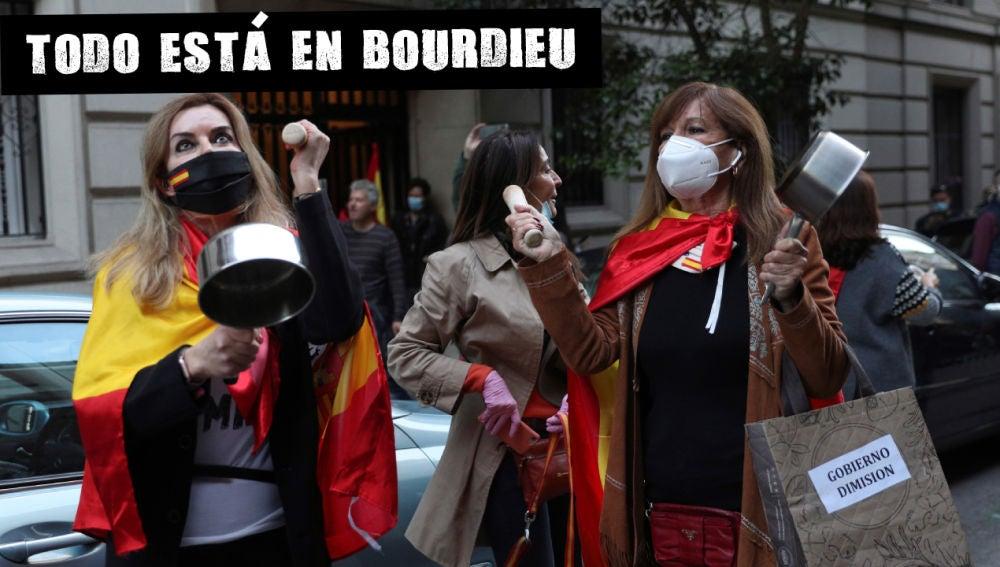Vecinas del madrileño barrio de Salamanca participan en una protesta contra el Gobierno