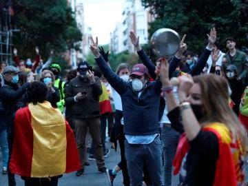 Vecinos del madrileño barrio de Salamanca participan en una protesta contra el Gobierno en plena crisis del coronavirus