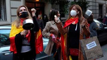 Vecinas del madrileño barrio de Salamanca participan en una protesta contra el Gobierno por su gestión en la crisis del coronavirus, ayer en Madrid