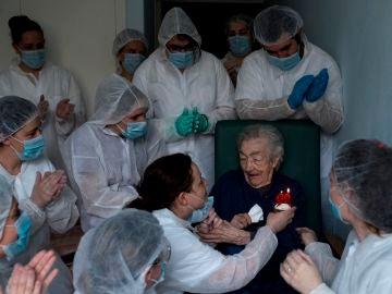 El personal sanitario de una residencia de mayores celebra el cumpleaños de una paciente de 98 años en Orense