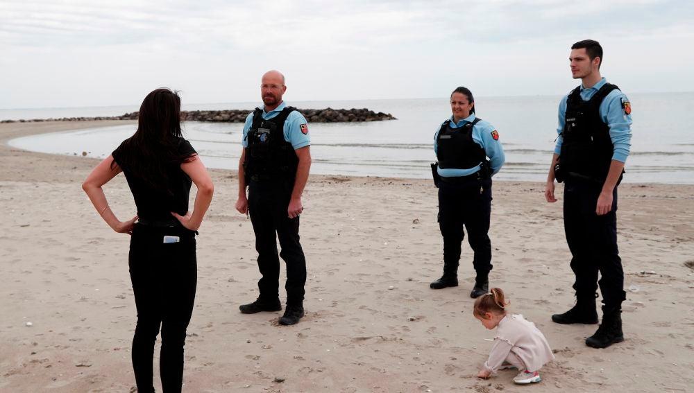 La Policía francesa patrulla en una playa