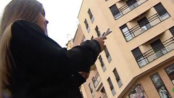 Imagen de archivo de una joven con un móvil