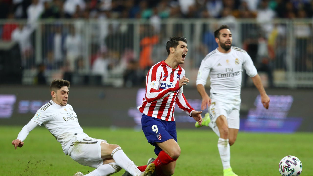 Fede Valverde realiza una falta a Morata.