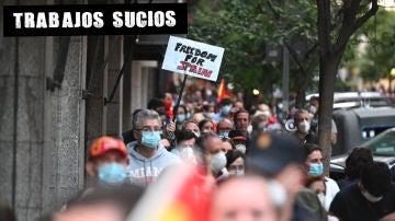 Vecinos de la calle Núñez de Balboa de Madrid participan este domingo en una cacerolada contra el Gobierno por su gestión en la crisis del coronavirus