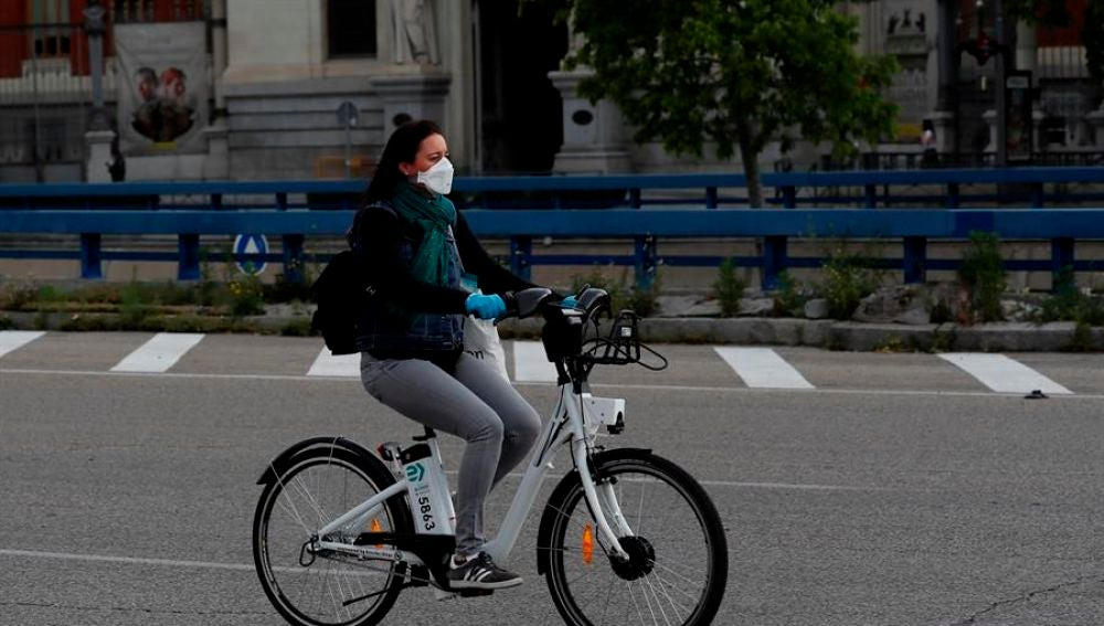 Una mujer en bicicleta en Madrid, en fase 0 de la desescalada